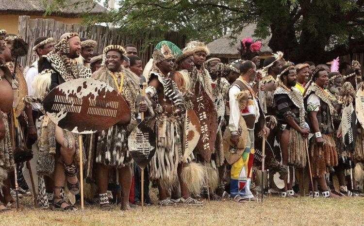 Зулусские мужчины собрались перед празднованием танца Рид.