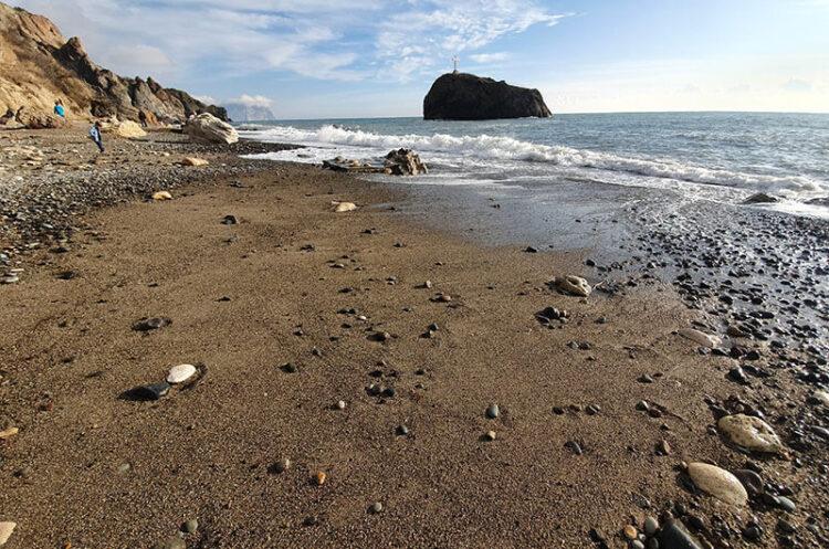 Берег мыса Фиолент, омывающийся морскими водами.