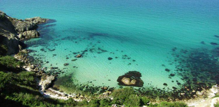 Лазурная вода на побережье мыса фиолент в крыму
