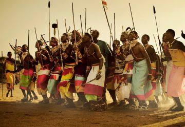 Африканские туземцы с копьями